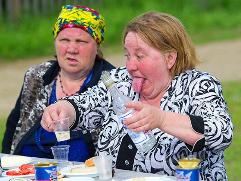 женщины выпивают на природе