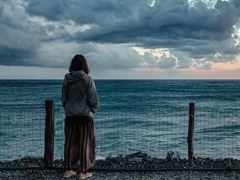 задумчивая девушка на берегу моря