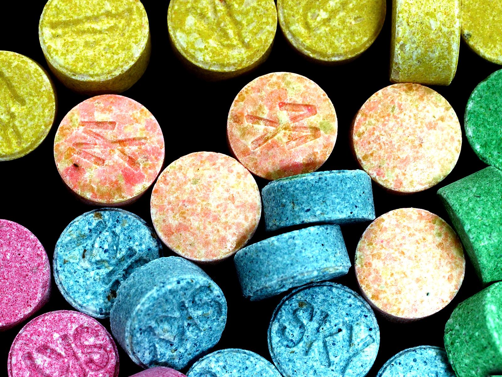 разноцветные таблетки ЛСД