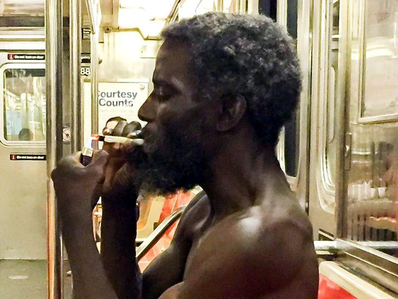 афроамериканец курит крэк-кокаин