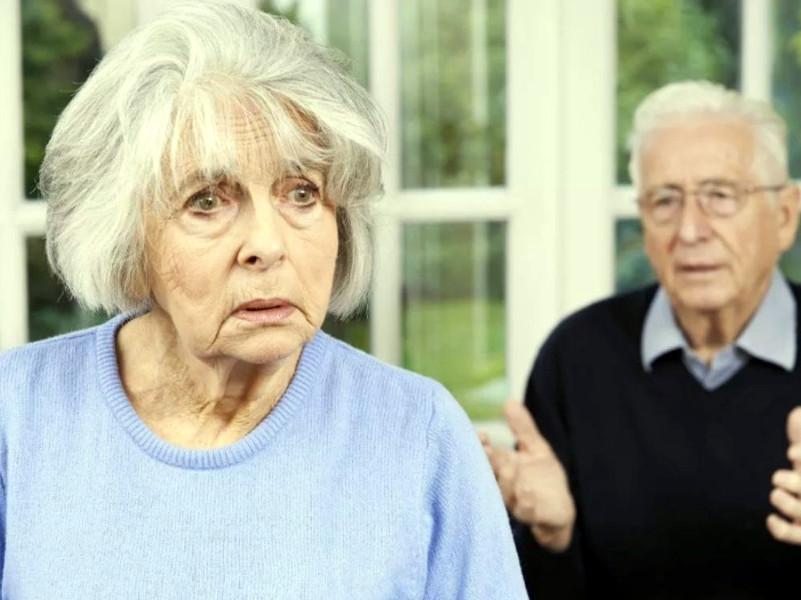 пожилая женщина с забывчивым взглядом