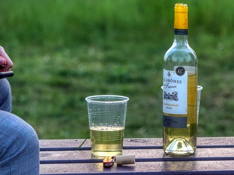алкоголик в одиночестве на скамейке