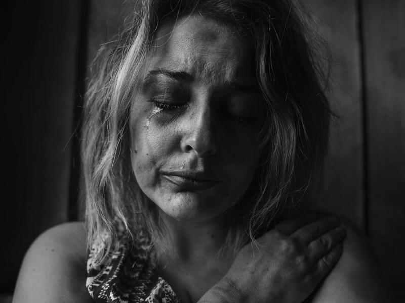 плачущая женщина наркоманка